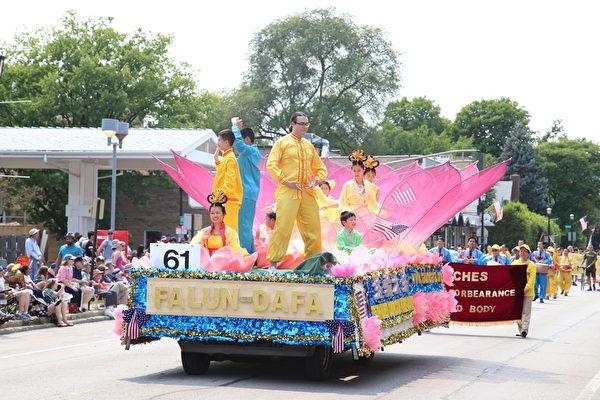 2015年芝加哥郊区埃文斯顿独立日大游行上的法轮功莲花造型花车。(王松林/大纪元)