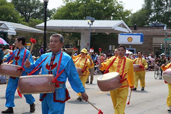 2015年芝加哥郊区埃文斯顿独立日大游行上,行进中的法轮功唐鼓队。(王松林/大纪元)