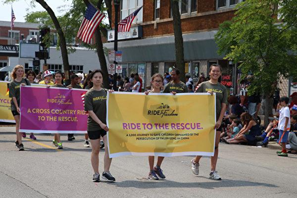 """2015年芝加哥郊区埃文斯顿独立日大游行,来自世界15个国家的""""骑向自由""""的青少年们也加入了法轮功游行队伍。(王松林/大纪元)"""