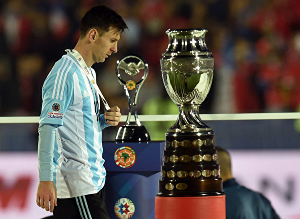 阿根廷队长梅西再一次与冠军奖杯擦肩而过。(RODRIGO ARANGUA/AFP/Getty Images)
