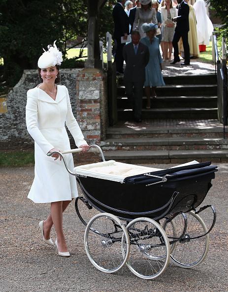 小公主躺在女王伊麗莎白二世曾使用過的復古推車上,由母親凱特推著參加儀式。(Chris Jackson/Getty Images)