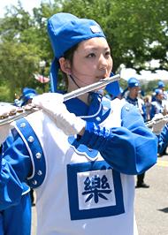 长短笛组的大道法子在纽约市立大学布鲁克林大学主修音乐。图为大道法子在天国乐团2014年参加美首都华盛顿DC的大游行中。(李莎/大纪元)