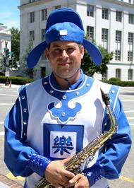 美国纽约天国乐团吹奏萨克斯的吉格利提(Steve Gigliotti)是波士顿一位小企业主,他自孩提时就开始学习吹奏萨克斯。(李莎/大纪元)