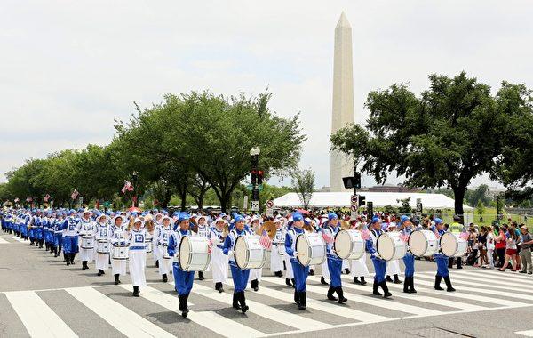 2015年7月4日美国独立日,美国纽约天国乐团参加首都华盛顿DC大游行。(李莎/大纪元)
