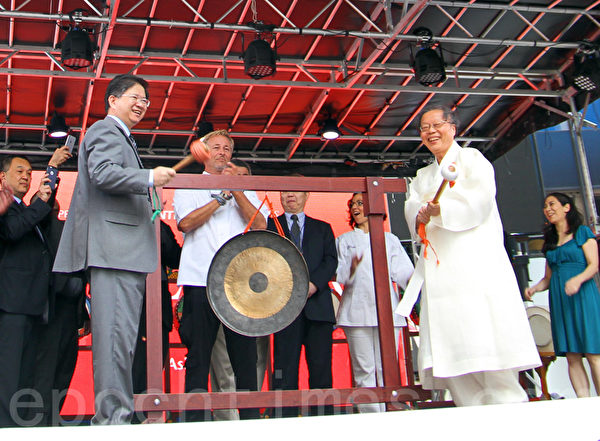 韩国名医徐孝锡和新唐人总裁唐忠共同敲响了亚洲美食节开幕的铜锣。(孙华/大纪元)