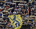 帕尔马球迷眼看着自己俱乐部破产,心有余而力不足。(Valerio Pennicino/Getty Images)