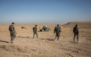 2015年6月29日库尔德战士在叙利亚城市Hasakeh外围跟ISIS的战役。(UYGAR ONDER SIMSEK/AFP/Getty Images)