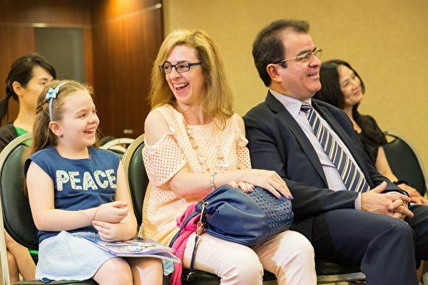 新唐人動畫片《天庭小子-小乾坤》全球首播記者會現場,巴拉圭共和國一等秘書雷卡諾及家人出席。(新唐人電視台)