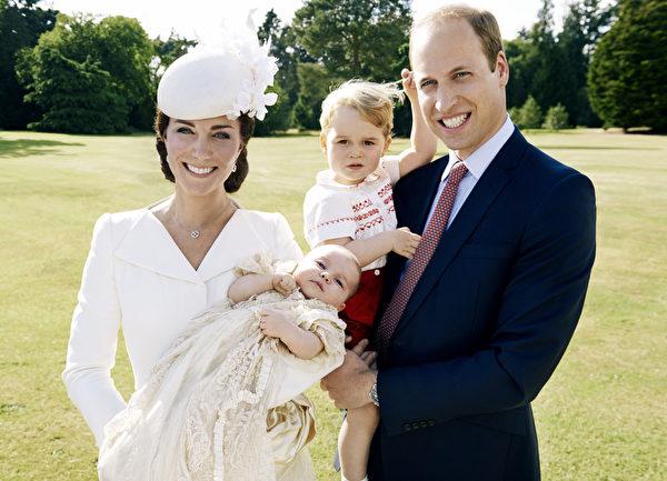 周四(7月9日),英国王室发布了一组夏洛特小公主洗礼的照片。图为威廉王子一家四口。(Mario Testino/ Art Partner via Getty Images)