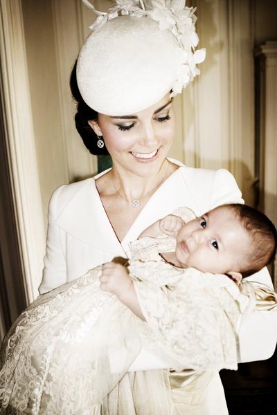 周四(7月9日),英国王室发布了一组夏洛特小公主洗礼的照片。图为凯特王妃怀抱小公主。(Mario Testino/ Art Partner via Getty Images)