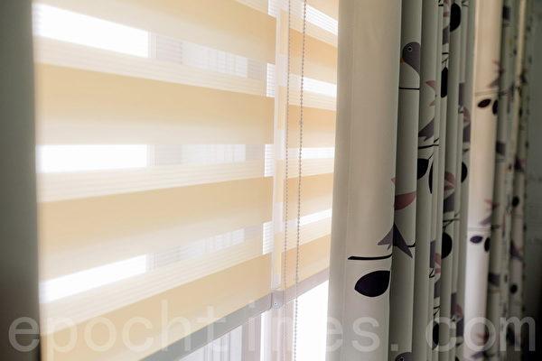 調光簾結合窗布的搭配,即可任意採光、通風,並保有隱私性。(隆美提供)