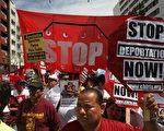美国加州拉丁美洲裔人数已首度超越白人。图为去年5月1日﹐拉美裔在洛衫矶集会要求停止遣返非法移民。 (David McNew/Getty Images)