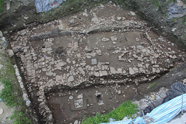 公路总局苏花公路改善工程处10日表示,苏花改工程继 民国101年挖到汉本遗址后,今年6月又挖到更早期的二 次文化层,其中还有具宗教信仰的直立石板。(苏花改工程处提供)