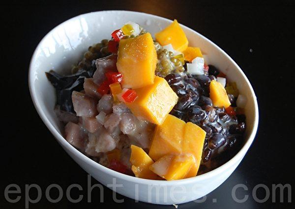 紅豆水果冰沙。(攝影:安吉/大紀元)