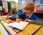 连日来美国会两院正在为如何修改现行的教育法《不落下一个子》做激烈论辩,全美教师也在热议。他们普遍认为仅凭每年一次的标准化考试来判定学生在学业上的成败过于片面,而且非常不利于教师发掘学生的潜质和发展他们的特长。图:美国马里兰州一所小学3年级学生在练习英文花体书写。       (Robert MacPherson/AFP/Getty Images)