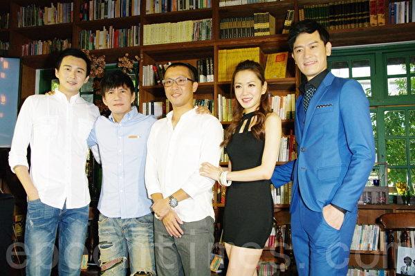 大型舞台劇《男言之隱》於2015年7月12日在台北閱樂書店舉行線上直播記者會。圖為狄志杰(左起)、王宏恩、、導演黃致凱、楊千霈、張勛傑。(黃宗茂/大紀元)