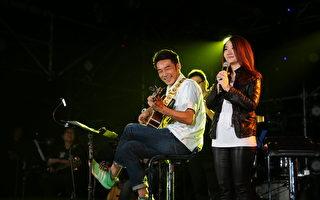 陶子(右)举办个人专场演唱会,老公李李仁压轴登场。(相信音乐提供)