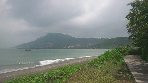 沿着旗后密境海边木栈道骑单车或散步,欣赏美景。(徐焕宗/大纪元)
