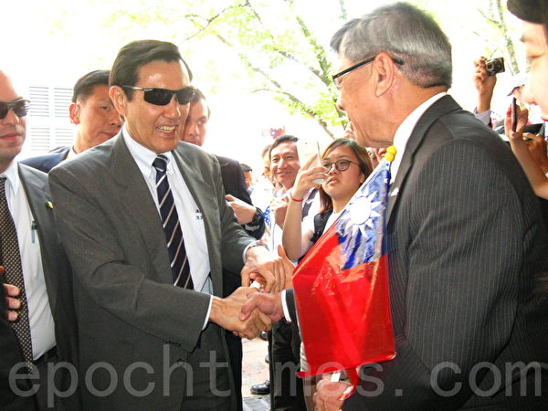 美国在台协会主席薄瑞光(右)在查尔斯旅馆欢迎马英九总统。(冯文鸾/大纪元)