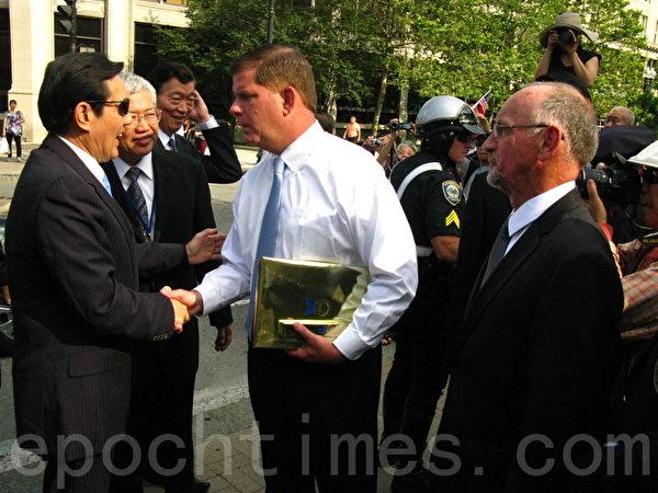 波士顿市长华殊(Martin Walsh,着白衬衫者)、波士顿市议会议长林乃肯(Bill Linehan,右一)在华埠欢迎马英九总统(左一)。(冯文鸾/大纪元)