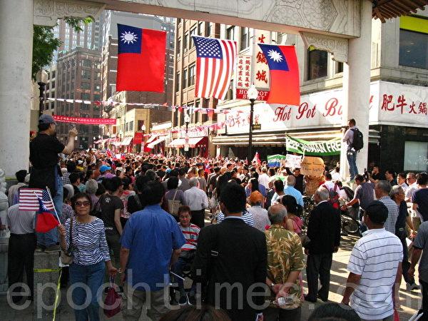 大批民众蜂拥而至,都挤着要和马英九握手,气氛十分热烈。(冯文鸾/大纪元)