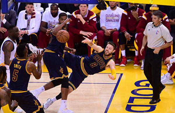 德拉維多瓦在比賽中飛身傳球。(FREDERIC J. BROWN/AFP/Getty Images)