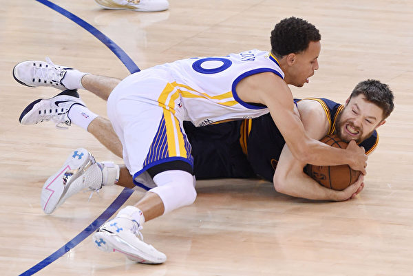 德拉打過橄欖球。第一個撲倒在地板上搶球的總會是他。(Thearon W. Henderson/Getty Images)