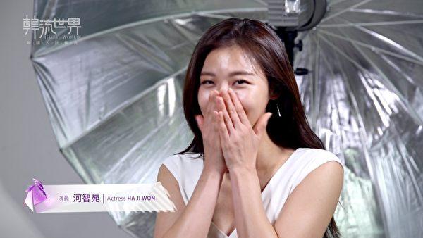 韓星河智苑最近接受節目《韓流世界》專訪,總是保持笑臉迎人。(新唐人電視台提供)