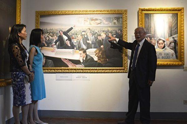 张昆仑教授和陈肖平、王晶两位画家向公众介绍新作和他们的合作方式。(Marius Iacob/大纪元)