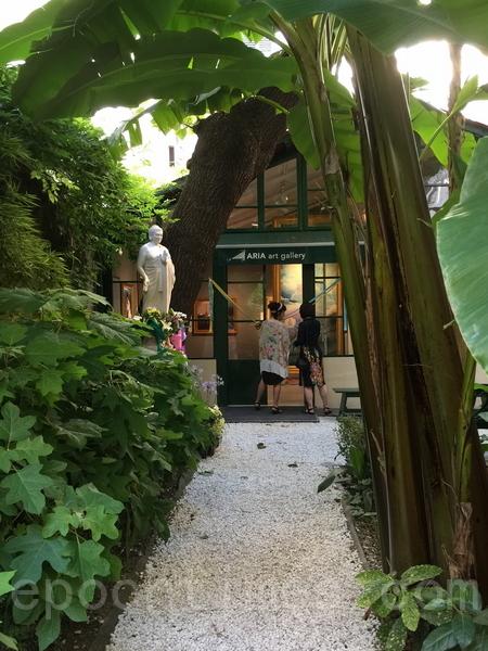阿丽雅(Aria)画廊的中庭花园。(史多华/大纪元)