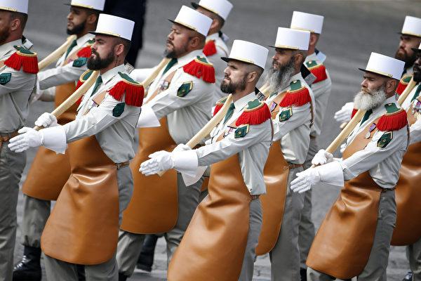 7月14日,参加法国国庆阅兵的法国外籍兵团。(THOMAS SAMSON/AFP)