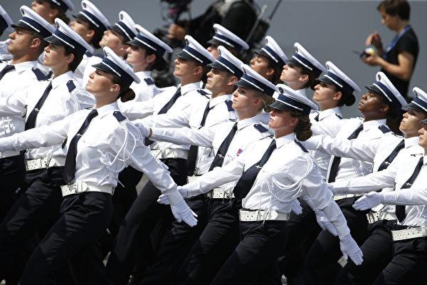 7月14日,参加法国国庆阅兵的警察方阵。(THOMAS SAMSON/AFP)