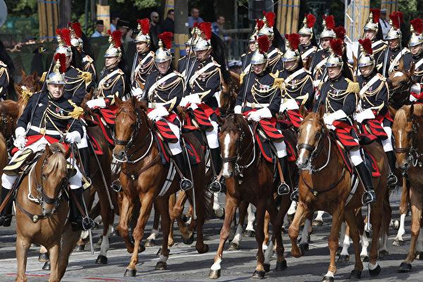7月14日,参加法国国庆阅兵的共和国卫队骑兵。(THOMAS SAMSON/AFP)
