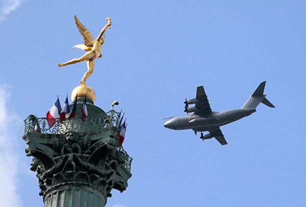 7月14日,法国空军C-160运输机掠过巴士底广场上空。(JACQUES DEMARTHON/AFP)