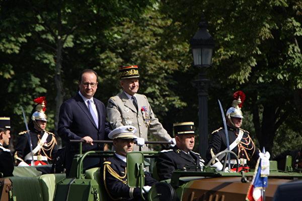 法国总统乘坐一辆侦查支援车检阅军队。(叶萧斌/大纪元)