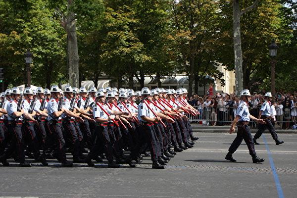 巴黎消防部队方阵。(叶萧斌/大纪元)