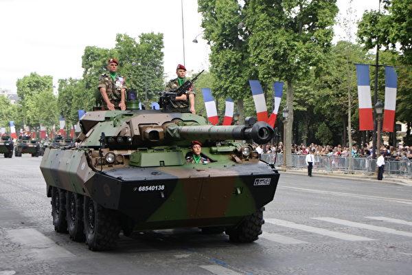 跳伞轻骑兵第一团驾驶一架配有90毫米Sagaie炮的轻装甲车。(叶萧斌/大纪元)