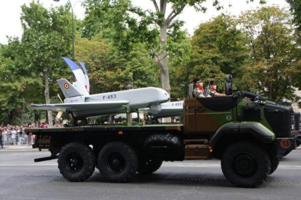 两架储存和运输系统,运输一架第六装甲军团的STDI型无人驾驶飞机。(叶萧斌/大纪元)