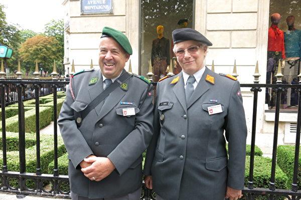 瑞士军队负责协调国际军事和平事务的Scalmazzi Angelo先生(左)和同事。(关宇宁/大纪元)