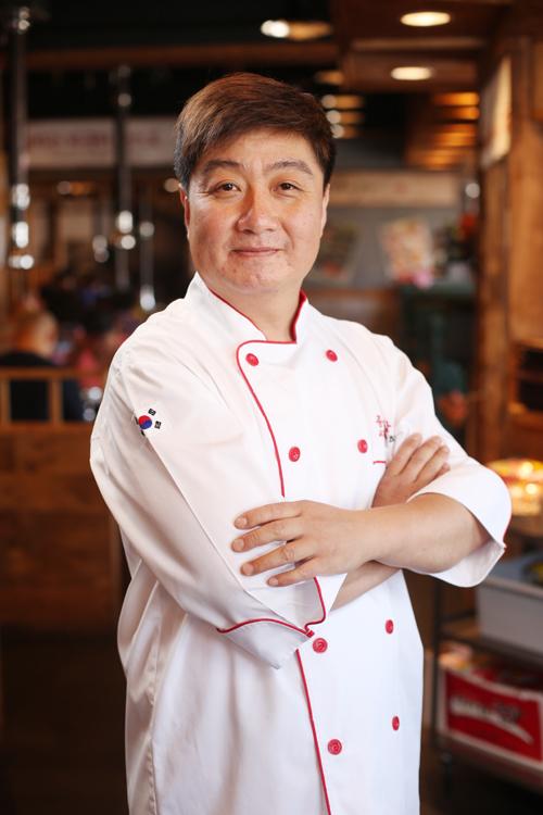 """""""钟路商会""""法拉盛店厨师长金炫先生。(张学慧/大纪元)"""