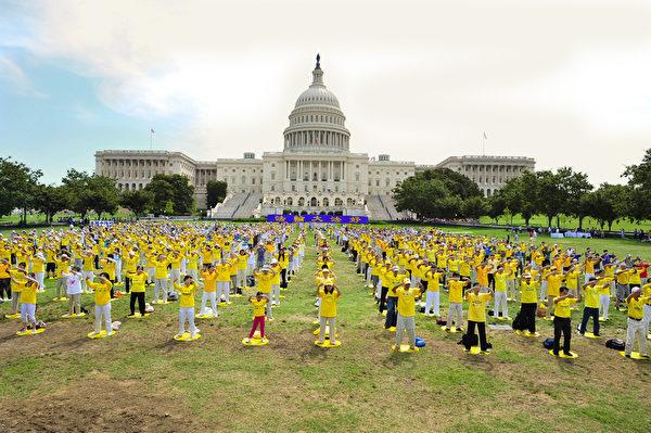 法輪功學員在美國首都華盛頓DC國會前煉功。(戴兵/大紀元)