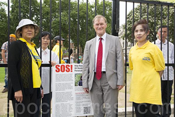 國會議員大衛‧阿彌斯(David Amess MP)來到現場,表示對法輪功學員的支持。(Simon Gross/大紀元)