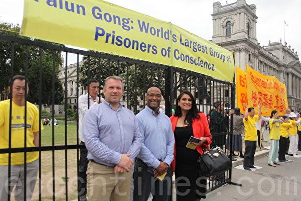 非政府人權組織「Karma Nirvana」的負責人Jasvinder Sanghera(右一)和她的同事們一起來支持法輪功。(李景行/大紀元)