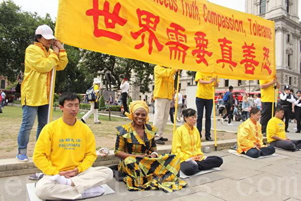 愛滋病蔓延慈善組織(Global Catwalk to Stop the Spread)的總裁Justina Mutale(前排左二)。(李景行/大紀元)