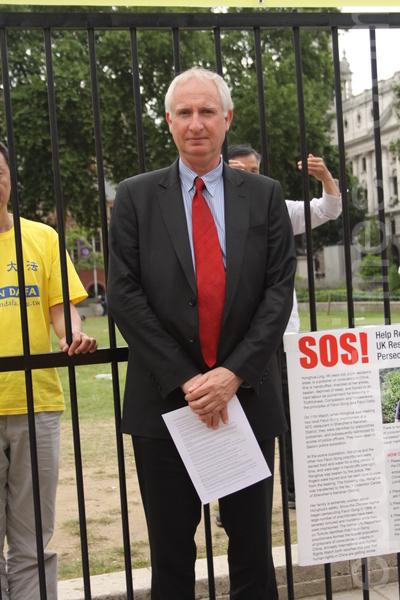 劍橋議員丹尼爾‧澤茨尼(Daniel Zeichner MP)來到現場,表示對法輪功學員的支持。(李景行/大紀元)