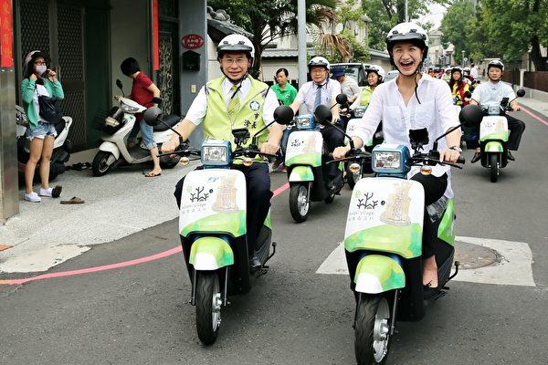 市長及議員(右)共同表示,提供電動車租車服務,是遊客少流汗與高機動性玩遍嘉義市的新選擇。(嘉義市政府提供)