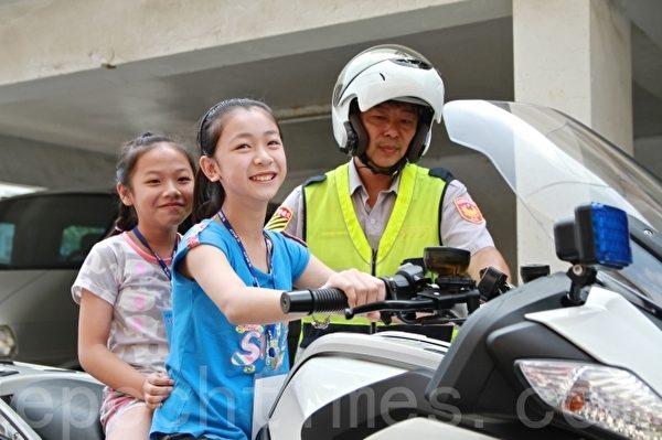 小柯南研习营,学员学乘警察重装备机车。(许享富 /大纪元)