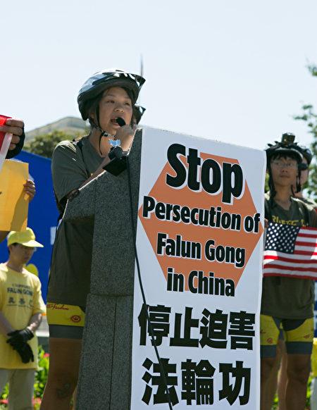 """""""骑向自由""""的骑手代表陈安妮(Annie Chen),在集会上宣读了他们写给美国总统奥巴马的一封公开信。(李莎/大纪元)"""