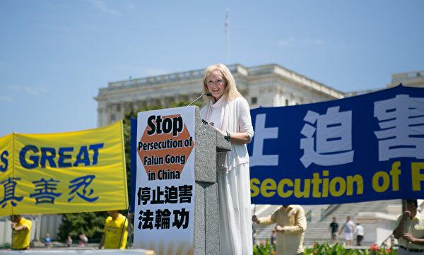 美國國際宗教自由委員會前主席、現委員卡翠娜‧蘭托斯‧斯維特博士(Katrina Lantos Swett)在集會上表示,向法輪功學員獻上最崇高敬意。(李莎/大紀元)