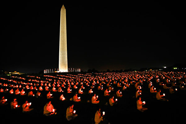 2015年7月16日华盛顿DC国家大草坪上举行烛光守夜活动。(戴兵/大纪元)